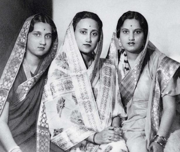 Women in saris (1912)