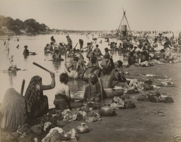 Women washing clothes at Ahmedabad, late 19th or early 20th century